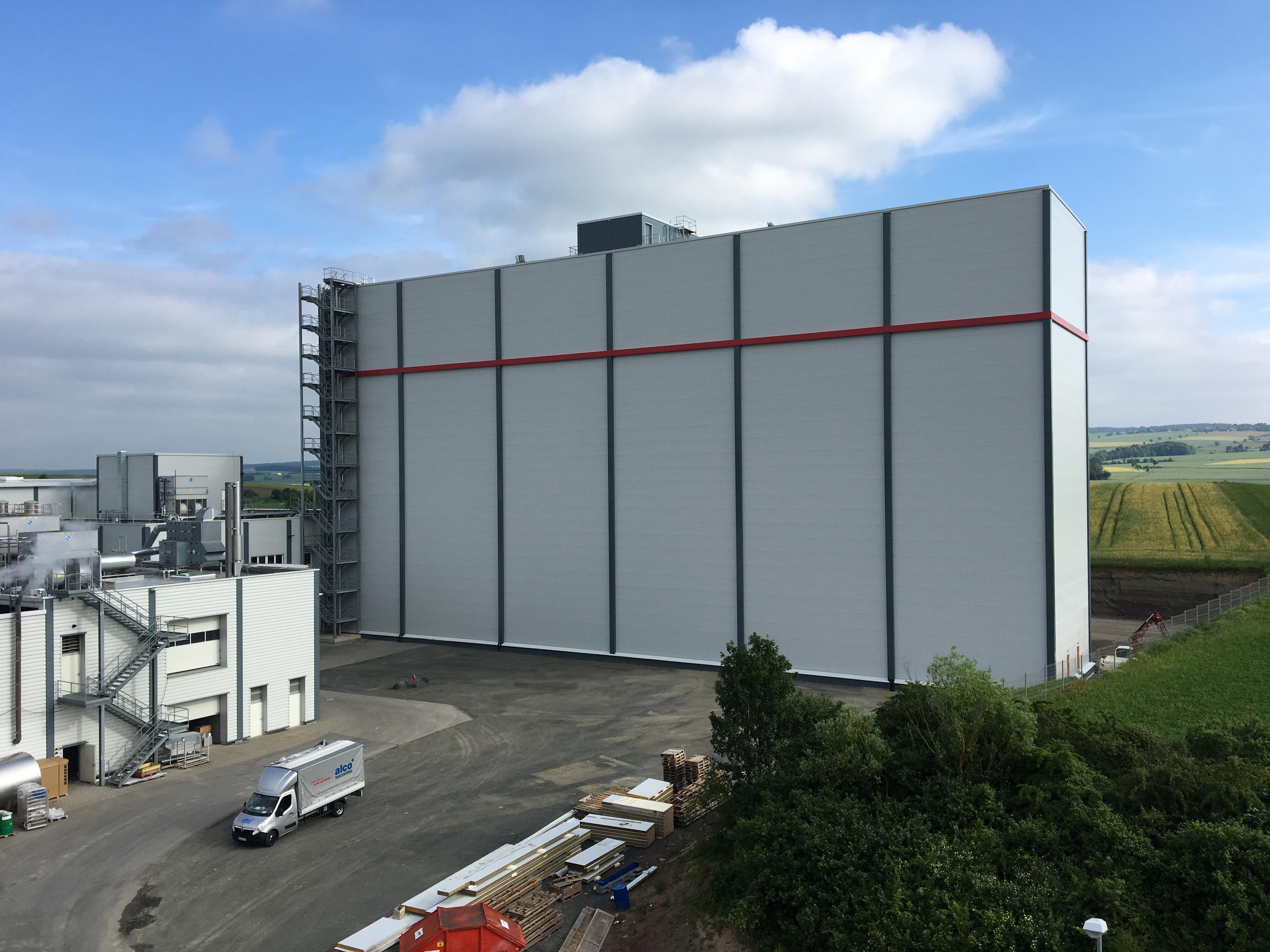 Das neu errichtete Hochregallager wird eingeweiht und bietet Platz für 8.160 Paletten